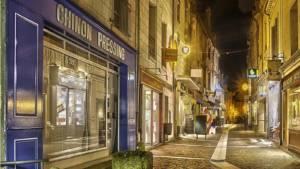 Cette rue piétonne fait partie du patrimoine de Chinon